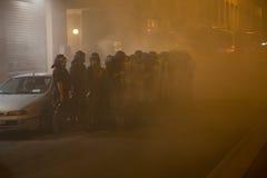 Demonstratiesystemen die rookbussen lanceren aan politie voor het Turkse consulaat in Milaan, Italië Stock Afbeeldingen