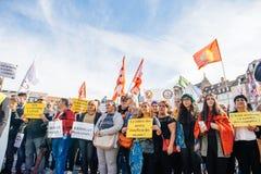 Demonstratiesystemen die tegen Turkse President polic Erdogan protesteren Stock Fotografie