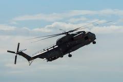 Demonstratievlucht van de middelgrote nuts militaire helikopter NHIndustries NH90 royalty-vrije stock afbeeldingen