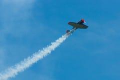 Demonstratievlucht van een single-engined geavanceerd trainervliegtuig Texan Noord-Amerikaan t-6 Stock Fotografie