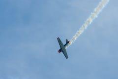 Demonstratievlucht van een single-engined geavanceerd trainervliegtuig Texan Noord-Amerikaan t-6 Stock Foto