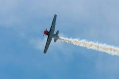 Demonstratievlucht van een single-engined geavanceerd trainervliegtuig Texan Noord-Amerikaan t-6 Stock Afbeeldingen