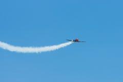 Demonstratievlucht van een single-engined geavanceerd trainervliegtuig Texan Noord-Amerikaan t-6 Royalty-vrije Stock Afbeeldingen