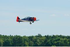 Demonstratievlucht van een single-engined geavanceerd trainervliegtuig Texan Noord-Amerikaan t-6 Stock Foto's