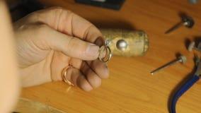 Demonstratind готового кольца awesone драгоценности с драгоценной камнем мастерским замедленным движением сток-видео
