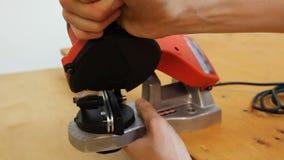 Demonstration av den lilla wood bitande anordningen, hjälpmedel för möblemangproduktion stock video