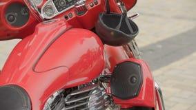 Demonstration av den moderna röda motorcykeln i den utomhus- mopedutställningen, skärm stock video