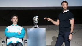 Demonstration av en ny humanoid robot stock video
