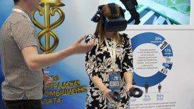 Demonstration av en virtuell verklighethjälm på utställningen stock video