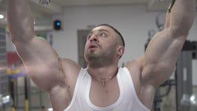 Demonstration av idrottsmannen som förbereder sig till övningar med så stor biceps lager videofilmer