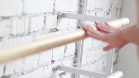 Demonstration av kvinnlign som trycker på slätt barren med händer i ljus studio stock video