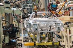 Demonstration av robotsvetsning på en bilmonteringsband Arkivbilder
