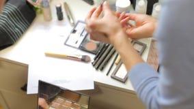 Demonstration av skönhetsmedel, försäljning arkivfilmer