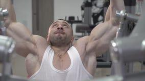 Demonstration av stark mästares för värld så deadlift i idrottshallen arkivfilmer