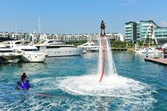 Demonstration av Zapata Racing den vatten framdrev flugan Royaltyfri Foto