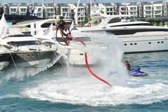 Demonstration av Zapata Racing den vatten framdrev flyboarden på den Singapore yachtshowen 2013 Arkivbilder