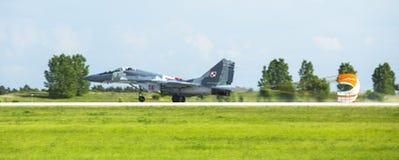 Demonstration Düsenjäger Mikojan-Gurewitsch MiG-29 (polnische Luftwaffe) während der internationalen Luftfahrtausstellung Lizenzfreie Stockfotos