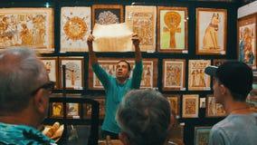 Demonstration des Papyrusses im ägyptischen Shop für Touristen stock video footage