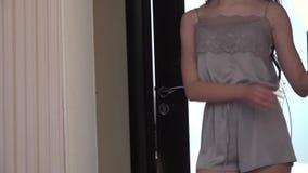 Demonstration eines peignoir durch ein junges Modell stock video
