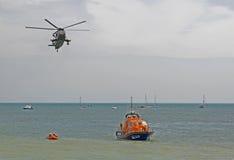 Demonstration för helikopterräddningsaktion på havet Eastbourne england Arkivbilder