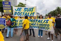 Demonstration gegen die Regierung in Copacabana, Rio de Janeiro lizenzfreie stockbilder