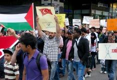 Demonstration gegen Israels Angriff Stockfotos