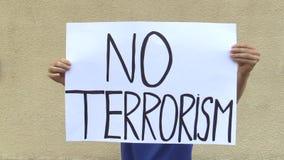 Demonstration mot terrorism och skräcken, baner ingen terrorism stock video
