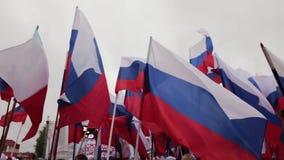 Demonstration, Parade, Sitzung oder Nationalfeiertag mit russischen Flaggen stock video