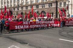 Demonstration von Kommunisten und von Sozialisten am 1. Mai in Kiew. Lizenzfreie Stockbilder