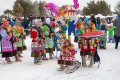 Demonstration von nationalen Kostümen, Ureinwohner von Sibirien lizenzfreie stockfotografie