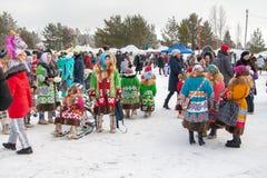 Demonstration von nationalen Kostümen, Ureinwohner von Sibirien lizenzfreie stockfotos