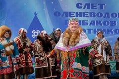 Demonstration von nationalen Kostümen, Ureinwohner von Sibirien stockfotografie