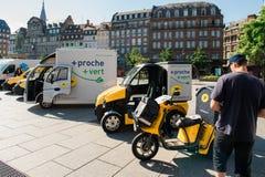 Demonstration von Postelektro-mobilen im Stadtzentrum Frankreich Lizenzfreies Stockfoto