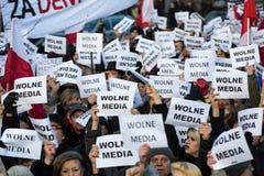 Demonstrationen av kommittén av försvaret av demokratin KOD för fria massmedia/wolne medel och demokrati mot PIS-G fotografering för bildbyråer