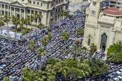Demonstrationer framme av den Ibrahim moskén Arkivbild