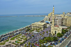 Demonstrationer framme av moskén   Arkivbilder