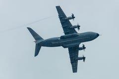 Demonstrationsflug am regnerischen Tag der Militärtransportflugzeuge Airbus A400M Atlas Lizenzfreies Stockfoto