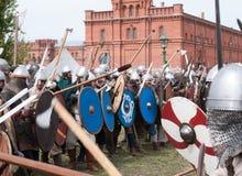 Demonstrativ historisk strid på de forntida vapnen Historisk rekonstruktion av svärdet Arkivbild