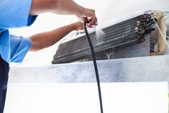 Demonteer en maak Airconditionerdelen door de hoge drukwater of lucht van schoon pijp of vacuüm Apparatenonderhoud, Gezondheidszo stock fotografie