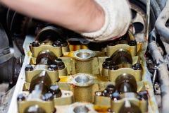 Demonteerde de interne verbrandingsmotor, maakt de hand van de hersteller de cilinderkop schoon royalty-vrije stock afbeelding