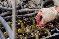 Demonteerde de interne verbrandingsmotor, maakt de hand van de hersteller de cilinderkop schoon royalty-vrije stock fotografie