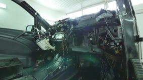 Demonterad framdel av en bil i garaget stock video