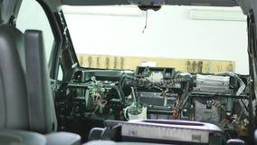 Demonterad framdel av en bil i garaget arkivfilmer