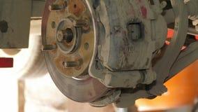 Demontering av bromsskivan på den auto reparationen lager videofilmer