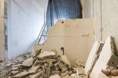 Demontering av delningar i lägenhet, runt om en hög av brutna delar av väggen arkivbilder