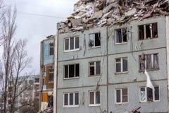 Demontering returnerar efter gasexplosion i en lägenhet Arkivfoton