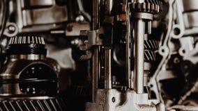 Demontert smutsigt motor och kugghjul för bil på garaget Royaltyfria Bilder