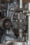 Demontert smutsigt motor och kugghjul för bil på garaget Royaltyfria Foton