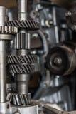 Demontert smutsigt motor och kugghjul för bil på garaget Arkivfoto
