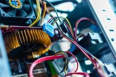 Demontował skrzynkę system jednostka desktop komputeru osobistego ostrza chłodno druciany źródło zasilania pecet obrazy stock